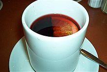 Vin brulé in tazza di ceramica