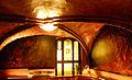 Gnomenkeller Gewölbe mit Bleiglasfenster und Wandgemälden.jpg