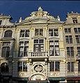 Grand-Place, vue rapprochée de face pour un maximum de détails de la Chaloupe d'Or - panoramio.jpg