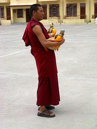 Gyuto Order - Image: Gyuto University monk carrying statue
