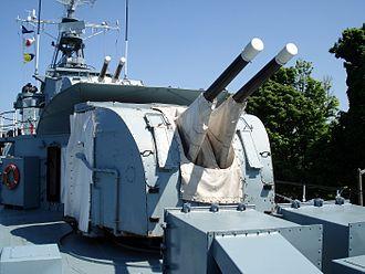 Tribal-class destroyer (1936) - Twin QF 4-inch Mk XVI naval guns of HMCS Haida