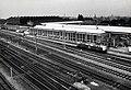 HUA-169910-Gezicht op de hoofdwerkplaats van de N.S. te Tilburg, met rechts de electrische locomotief nr. 1219 (serie 1200) van de N.S.jpg