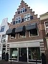 foto van Pand met brede trapgevel, bovenverdieping met halve luiken en kruisvensters