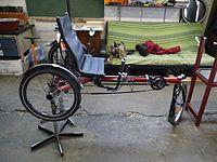 Trike couché Hase Kettwiesel dans un atelier d'autoréparation