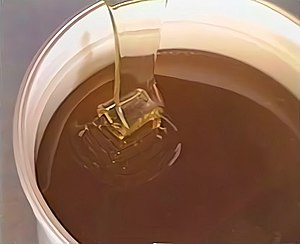 English: Pouring of maturated honey in pots. F...