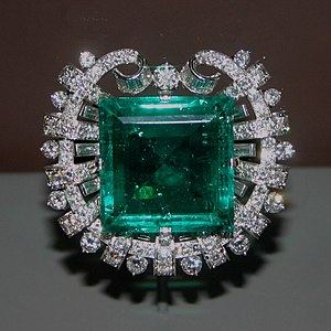 Hooker Emerald Brooch - The Hooker Emerald Brooch on display in the Janet Annenberg Hooker Hall of Geology, Gems, and Minerals at the National Museum of Natural History