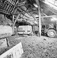 Interieur, schuurgedeelte, overzicht met gebint en caravan en tractor - 20000826 - RCE.jpg