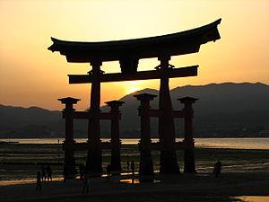 Itsukushima-jinja torii at sunset.jpg