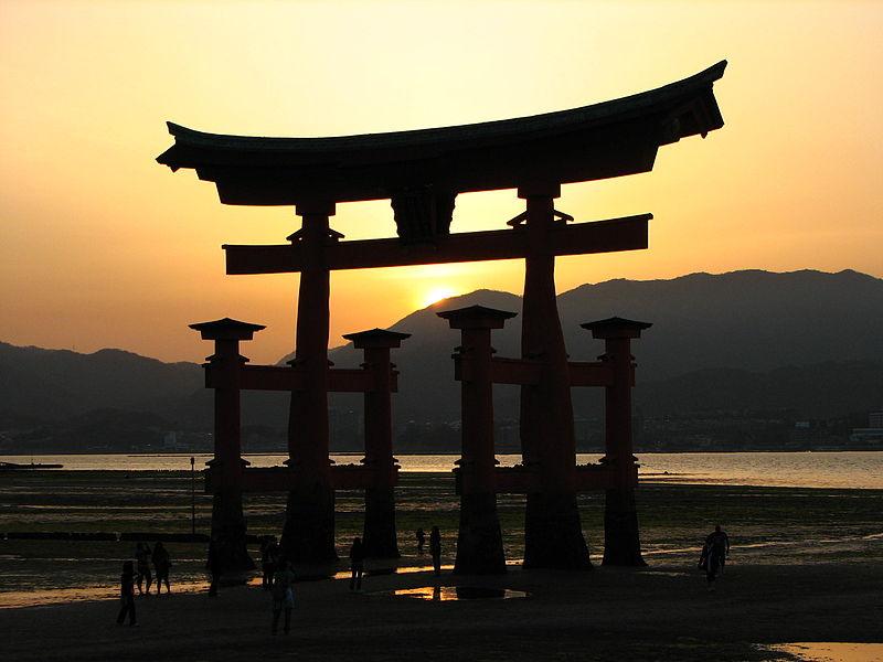 Fichier:Itsukushima-jinja torii at sunset.jpg