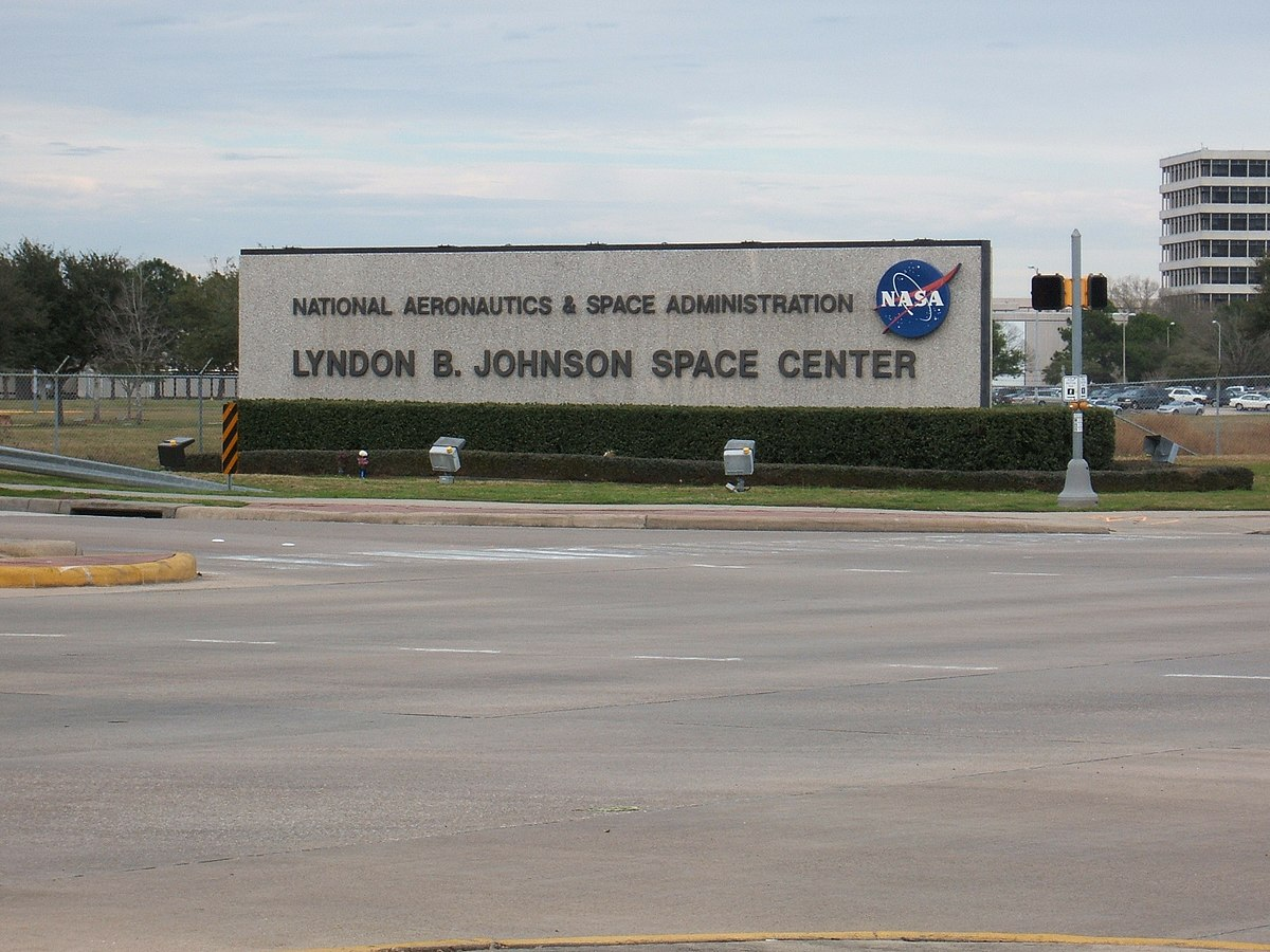 Gunman kills self and hostage in Texas NASA building ...