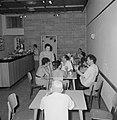 Kantine met leden van het toneelgezelschap Habima met gezicht op de bar, Bestanddeelnr 255-4537.jpg