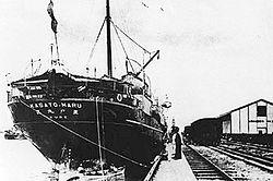 O Kasato Maru trazendo os primeiros japoneses ao Porto de Santos, 1908.