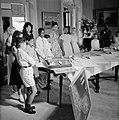Kinderen die geschenken voor de koningin hebben gemaakt, Bestanddeelnr 252-3791.jpg