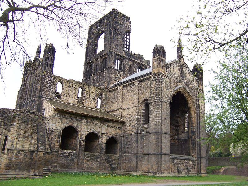 File:Kirkstall Abbey Kirche von Osten.jpg