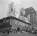 Kledingwinkel Bond Clothes op Times Square, gezien vanaf Broadway, Bestanddeelnr 191-0808.jpg