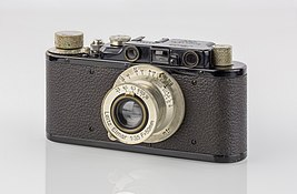 https://upload.wikimedia.org/wikipedia/commons/thumb/f/f3/LEI0150_198_Leica_II_schwarz_-_Sn._67777_1931-M39_front_view_Umbau_von_Ic-0.jpg/267px-LEI0150_198_Leica_II_schwarz_-_Sn._67777_1931-M39_front_view_Umbau_von_Ic-0.jpg