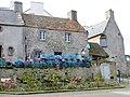 Le Conquet 25 Casiers devant une maison près du port.jpg