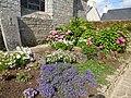 Le jardin de l'eglise de locoal - panoramio.jpg