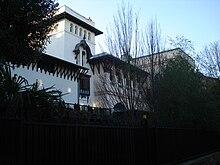 La villa mauresque cachée derrière une forêt d\u0027arbres