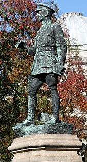 Een standbeeld van een figuur in militaire kledij