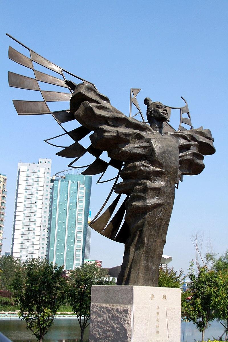 patung Lu Ban, tukang kayu Cina, insinyur, filsuf, penemu, pemikir militer, negarawan, kebalikan dari Museum Layang-layang, di Kota Weifang, Shandong, Cina