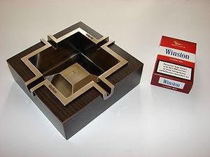Winston (cigarette) - Image: Marlboro Aschenbecher und Winston Zigarettenschachtel