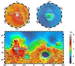 Mapa topográfico de Marte, cortesía NASA/JPL-Caltech. Accidentes notables: Volcanes de Tharsis al oeste (incluyendo Olympus Mons), Valles Marineris al este de Tharsis, y Hellas en el hemisferio sur.