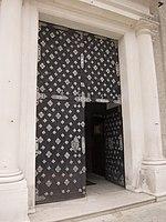Massive church door (12678673875).jpg