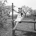 Meisje op een hek, Bestanddeelnr 252-1951.jpg