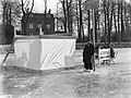 Mensen bij een koek-en-zopie met een bankje en stoelen op het bevoren water van , Bestanddeelnr 189-1034.jpg