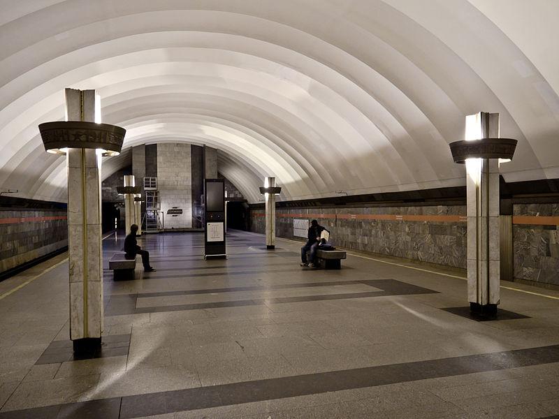 ВПетербурге встало полветки метро: на«Ладожской» напути упал человек