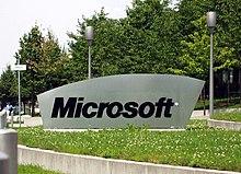 Logo Microsoft situato nei pressi di un campus