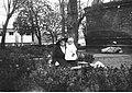 Narcyz Witczak-Witaczyński - Kobiety z dzieckiem na terenie koszar Szwadronu Przybocznego Prezydenta Rzeczypospolitej przy ulicy 29 Listopada (107-1039-2).jpg