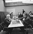 Op voorgrond burgemeester Samkalden (links) en schaakmeester L Prins, Bestanddeelnr 926-7893.jpg