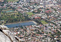 Ein Teil von Oranjezicht vom Gipfel des Tafelbergs.  Molteno Dam und De Waal Park Mitte links.
