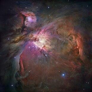 Aus verschiedenen Aufnahmen des Hubble-Weltraumteleskops aus den Jahren 2004 und 2005 zusammengesetztes Falschfarbenbild des Orionnebels. Links oberhalb der Bildmitte ist der De Mairans Nebel zu sehen.