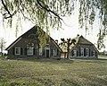 Overzicht van de voorgevels van de boerderijen, gezien vanaf de IJsseldijk - Welsum - 20387051 - RCE.jpg