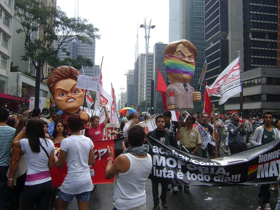 Parada gay 2011 - bonecos dilma e bolsonaro