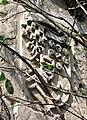 Picquigny château (écusson gauche pavillon Sévigné) 2a.jpg