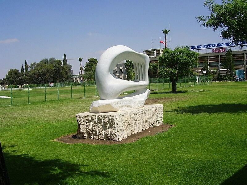 גן פסלים של דניאל כפרי בבית החולים סורוקה