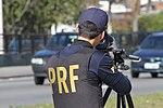 Policiais rodoviários federais operam radar móvel na Linha Verde, em Curitiba (29099444131).jpg