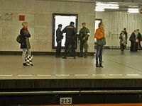 Policisté a vojáci hlídkující na Hlavním nádraží v Praze.JPG