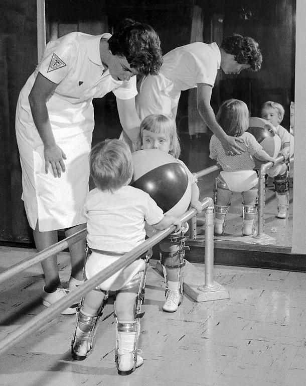 Korban polio muda menerima fisioterapi pada tahun 1950an