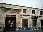 Porta principal i façana de la Biblioteca Mario Vargas Llosa.jpg