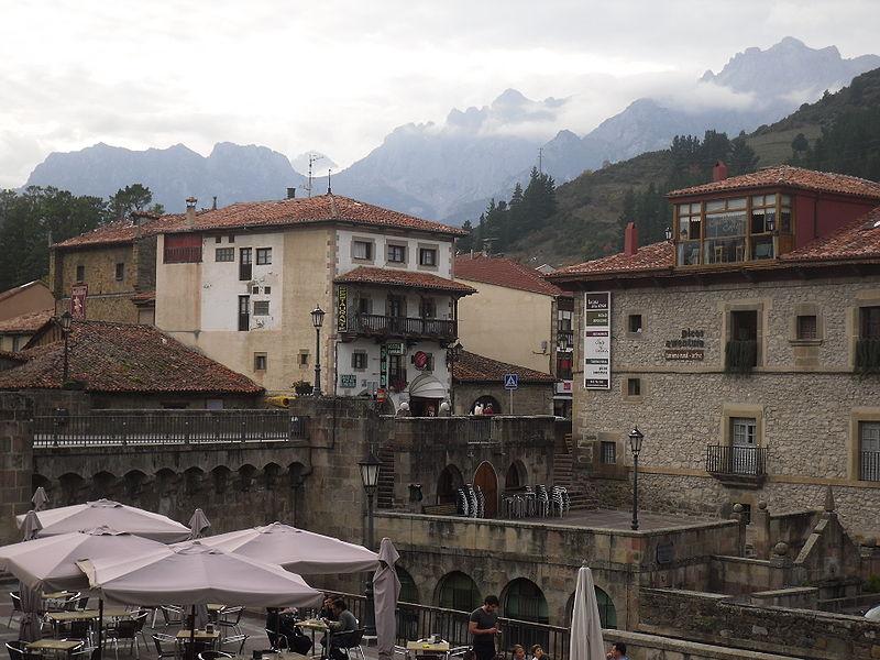 File:Potes, arropada por los Picos de Europa.JPG