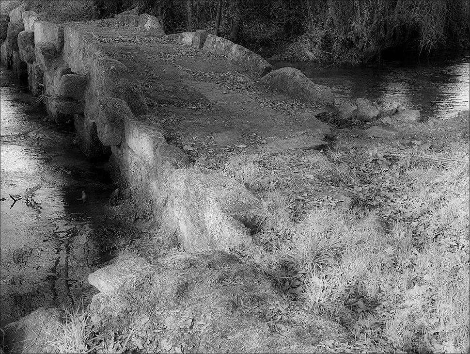 Puente na praia fluvial da Baña