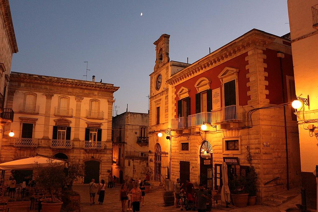 Putignano, piazza plebiscito di notte 01