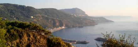 Baia della Tonnara di Palmi con, sullo sfondo, il pianoro di Palmi ed il monte Sant'Elia.