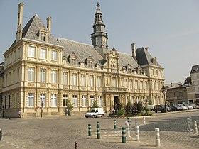 Hôtel de ville vue depuis la rue du Médecin Jacquin, au premier plan la place de l'hôtel de ville, puis la façade et à gauche l'aile Sarrail avec la rue éponyme.