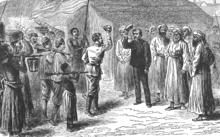 deux hommes blancs se saluent; ils sont entourés d'hommes habillés de djellabas et d'autres, vêtus de pantalons et chemise ou de pagnes, portant pour certains un fusil sur l'épaule ou un panier sur la tête. L'arrière-plan est celui d'une habitation à toit de chaume
